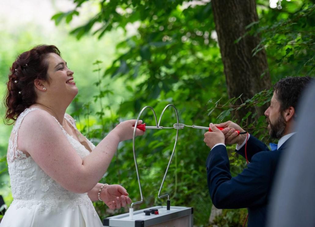 Das Brautpaar beim Spiel am Heißen Draht